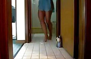 Mädchen hat Spaß mit einem Wassereinlauf bilder alter nackter frauen