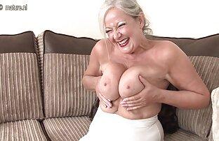 Charmantes Mädchen in einem transparenten Hemd auf einem Körper mit einer Leidenschaft gib mir reife frauen zeigen sich nackt einen blowjob